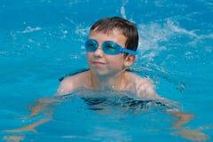 Junge Jungenschwimmen Lizenzfreies Stockfoto