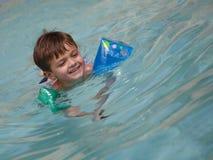 Junge Jungenschwimmen stockfoto