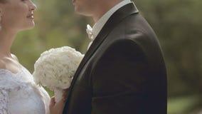Junge Jungvermählten, die einander mit Liebe betrachten stock video footage