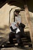 Braut, die den Bräutigam mit dem Hochzeitskleid bedeckt Stockbilder
