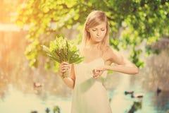 Junge künstlerische Frau mit Blumen draußen Lizenzfreies Stockbild