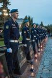 Junge Kadetten im Schutz der Ehre an den Monumenten lizenzfreie stockbilder