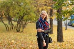 Junge kaukasische blonde Frau im bunten Wald am Herbsttag Lizenzfreie Stockfotos