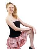 Junge kaukasische blonde Frau im rosafarbenen Rock Stockfoto