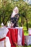 Junge kaukasische blonde weibliche Umhüllungs-Tabelle draußen installiert Lizenzfreie Stockfotos