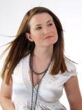 Junge kaukasische Frau in der weißen Bluse und in der Halskette Lizenzfreie Stockfotos