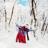 Junge kaukasische Frau, die in der schneebedeckten Landschaft aufwirft Lizenzfreies Stockbild