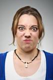 Junge kaukasische Frau, die ein Gesicht macht Stockfoto