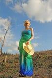 Junge kaukasische Frau in einer unfruchtbaren Landschaft Lizenzfreie Stockbilder