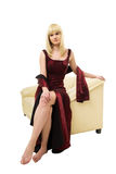 Junge blonde Frau auf Sofa Stockbild