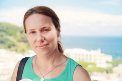 Junge kaukasische Frau im grünen Hemd Stockbild