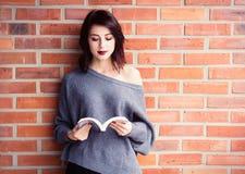 Junge kaukasische Frau mit Buch Lizenzfreies Stockfoto