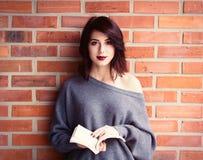 Junge kaukasische Frau mit Buch Lizenzfreie Stockfotos