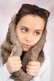 Junge kaukasische Frau mit einer Fauxpelzhaube auf ihrem Kopf Lizenzfreie Stockfotografie