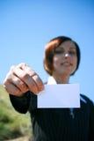 Junge kaukasische Geschäftsdame mit Blatt Papier Stockfoto