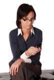 Junge kaukasische Geschäftsfrau mit Zelle Stockfoto