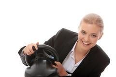 Junge kaukasische Geschäftsfrau, die auf Computer spielt Lizenzfreies Stockbild