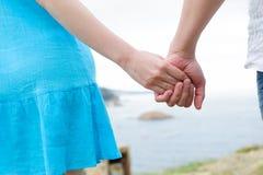 Junge kaukasische Paarhände Stockbild