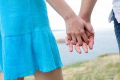 Junge kaukasische Paarhände Stockbilder