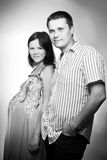 Junge kaukasische schwangere Paare Stockfotos