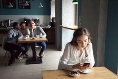 Junge Kerle interessiert mit dem Mädchen, das nahe für Café sitzt lizenzfreie stockbilder