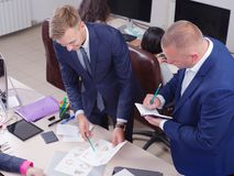 Junge Kollegen, die im Büro, Diskussion arbeiten Cript-Währung Stockbild