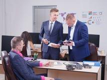 Junge Kollegen, die im Büro, Diskussion arbeiten Cript-Währung Lizenzfreies Stockbild