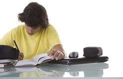 Junge konzentriert auf das Studieren Lizenzfreie Stockbilder