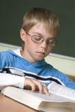 Junge konzentriert mit Messwert Stockbilder