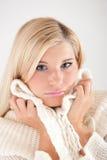 Junge kranke Winterfrau in der Knitkleidung Lizenzfreies Stockfoto