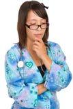 Junge-Krankenschwester-Denken getrennt auf weißem Hintergrund Lizenzfreies Stockfoto