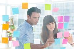 Junge kreative Geschäftsleute, die Bildeditor schreiben Stockfoto
