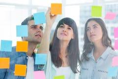Junge kreative Geschäftsleute, die Bildeditor schreiben stockbilder
