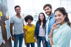 Junge kreative Geschäftsleute bei der Arbeit durch Tafel Lizenzfreies Stockfoto