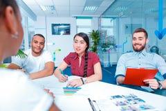 Junge kreative Leute am Brainstorming Stockbild