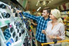 Junge Kunden, die Schönheitsbehandlung wählen Lizenzfreie Stockfotos