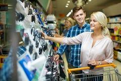 Junge Kunden, die Schönheitsbehandlung wählen Stockfoto
