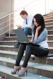 Junge Kursteilnehmer auf den Jobstepps. Stockbilder