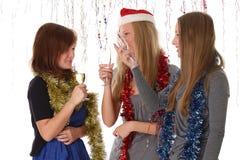Junge Kursteilnehmer, die auf Party des neuen Jahres sprechen Lizenzfreie Stockfotos