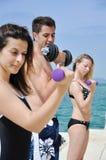 Junge Kursteilnehmer, die Gewichte anheben Lizenzfreies Stockbild