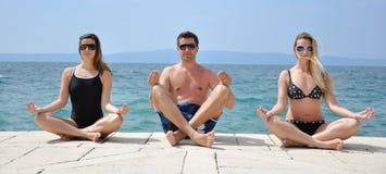 Junge Kursteilnehmer, die Yoga üben Lizenzfreies Stockbild