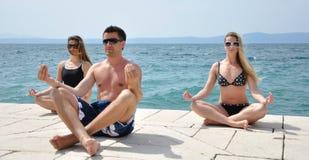 Junge Kursteilnehmer, die Yoga üben Lizenzfreie Stockfotos