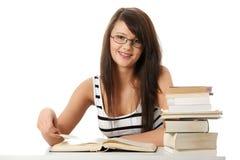 Junge Kursteilnehmerfrau mit Lots studing Büchern. Stockbild