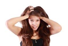 Junge lächelnde Frau berührt ihr Haar Lizenzfreies Stockfoto