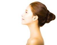 Junge lächelnde Frau der Seitenansicht mit sauberem Gesicht Stockfotos