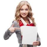 Junge lächelnde Frau, die auf Zeichen zeigt Lizenzfreies Stockbild