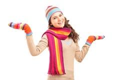 Junge lächelnde Frau, die mit ihren Armen gestikuliert Stockfoto