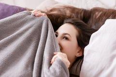 Junge lächelnde Frau, die morgens aufwacht Stockfoto