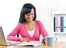 Junge lächelnde Frau, die nach Job sucht Stockfotografie