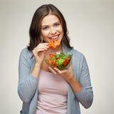 Junge lächelnde Frau, die Salat isst Stockbilder